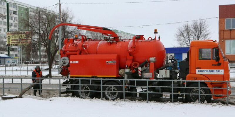 Виктор Мельников призвал коммунальщиков все силы бросить на борьбу со снегом и водой