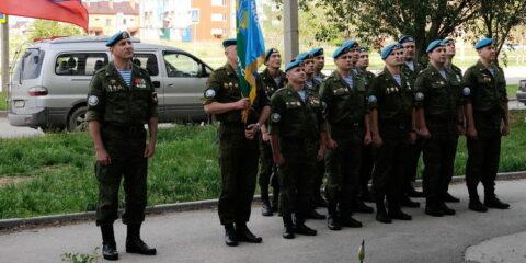 Парад у дома ветерана: воины-десантники прошли под окнами фронтовиков торжественным маршем