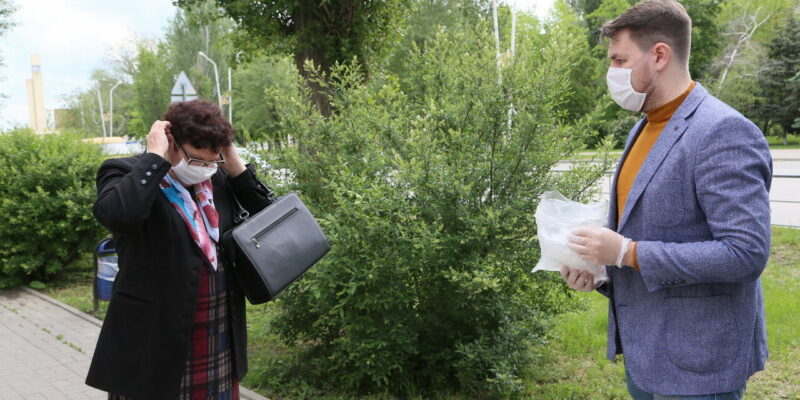 Масочный режим: волонтеры раздают средства защиты прямо на улицах города, особое внимание – пожилым