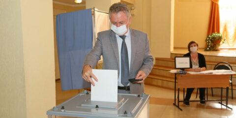 В Волгодонске начались выборы: Виктор Мельников отдал свой голос «за развитие и процветания области и города»