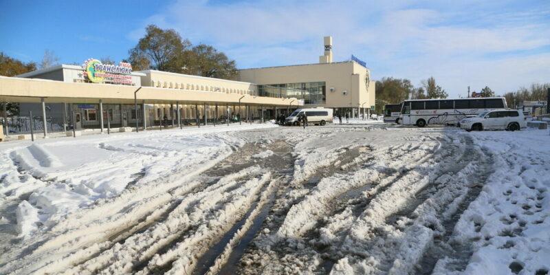 Коммунальщики Волгодонска продолжают бороться с последствиями трехдневного снегопада и готовятся противостоять гололеду