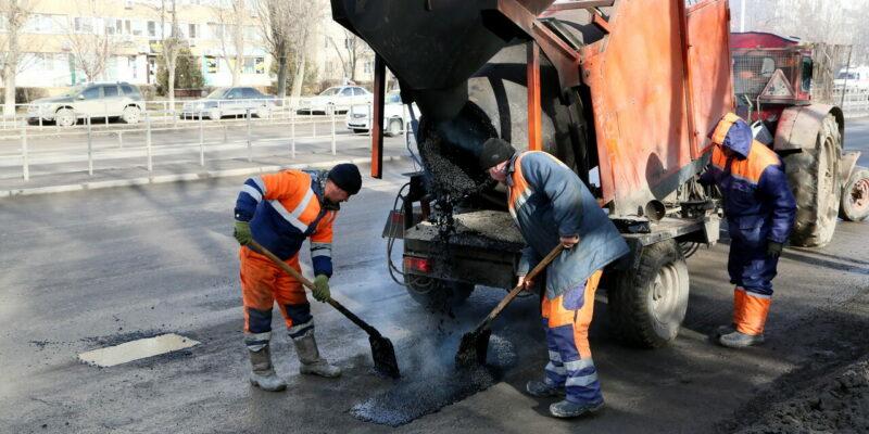 На дорогах Волгодонска начался ямочный ремонт