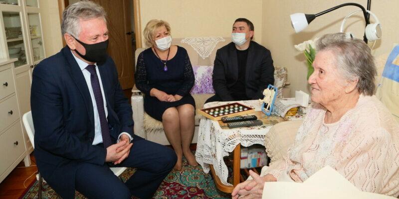 Виктор Мельников поздравил со 100-летним юбилеем волгодончанку Фаину Игнатову