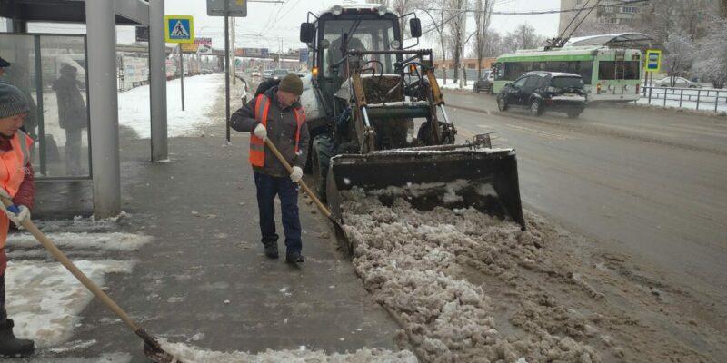 В Волгодонске с раннего утра приступили к уборке снега