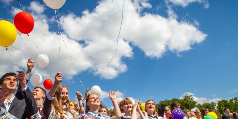 Виктор Мельников поздравляет школьников Волгодонска с окончанием учебного года