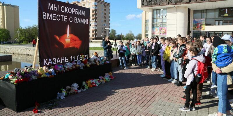 Цветы, свечи, игрушки: Волгодонск скорбит вместе с Казанью