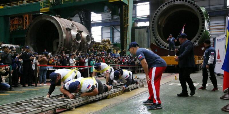 Мировой рекорд в Волгодонске: силачи отбуксировали на 3,5 метра атомный реактор весом более 450 тонн